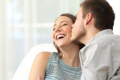 Baisers heureux de couples Images stock