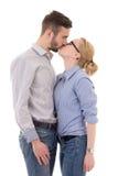 Baisers heureux de jeune homme et de femme d'isolement sur le blanc Photos libres de droits