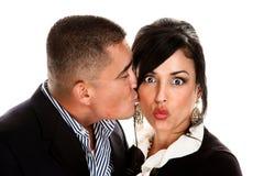 Baisers hispaniques de couples Photos libres de droits