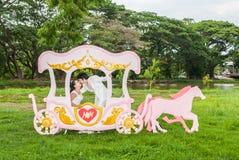 Baisers nuptiales thaïlandais asiatiques dans le chariot d'amour Photo libre de droits