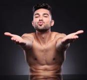 Baisers nus de coups de jeune homme photo libre de droits