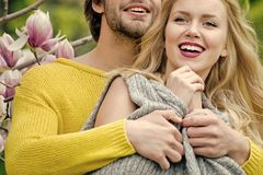Baisers passionnés, garçon et fille de couples faites du jardinage avec la fleur de magnolia au printemps ou la nature d'été Images stock