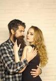 Baisers passionnés, garçon et fille de couples homme dans la femme d'étreinte de chemise de plaid Photographie stock