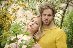Baisers passionnés, garçon et fille de couples Homme et femme au printemps, Pâques Photographie stock