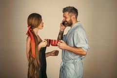 Baisers passionnés, garçon et fille de couples les couples dans l'amour boivent du café ou du thé de matin Photographie stock libre de droits