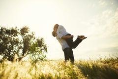 Baisers romantiques de couples Photo stock