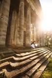 Baisers sur les escaliers sur le château de fond Photos libres de droits