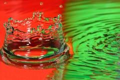 Baisse-éclabousser-tête rouge et verte de l'eau Photo stock