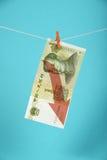 Baisse chinoise de yuans illustrée au-dessus du bleu Photo stock