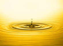 Baisse d'or de l'eau Photographie stock
