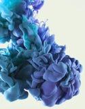 Baisse d'encre de couleur dans l'eau Violette cyan et bleue Photo libre de droits