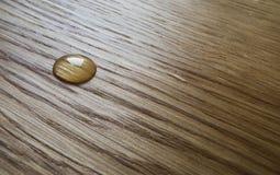 Baisse d'huile une surface en bois Photographie stock
