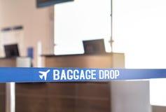 Baisse de bagages à l'aéroport images libres de droits