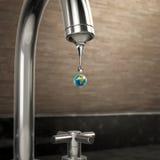 Baisse de l'eau de la terre de planète sortant du robinet Photo stock
