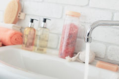 Baisse de l'eau de robinet images stock
