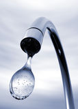Baisse de l'eau sortant du robinet Photographie stock libre de droits