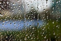 Baisse de l'eau sur la fenêtre photos libres de droits