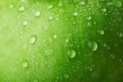 Baisse de l'eau sur la pomme verte Photos libres de droits