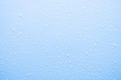 Baisse de l'eau sur la surface bleue Photos libres de droits