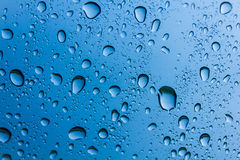 Baisse de l'eau sur le fond bleu Photos stock