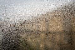 Baisse de l'eau sur le fond en verre images stock