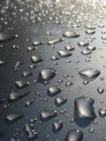 Baisse de l'eau sur le toit de véhicule images libres de droits