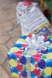 baisse de pluie d'hiver sur le boîte-cadeau coloré, le Noël et le Fe de nouvelle année Photographie stock