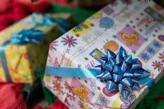 baisse de pluie d'hiver sur le présent, le Noël et nouveau colorés de boîte-cadeau Images stock