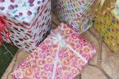 baisse de pluie d'hiver sur le présent, le Noël et nouveau colorés de boîte-cadeau Photographie stock libre de droits
