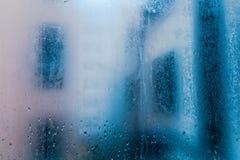 Baisse de pluie dans la fenêtre Copiez l'espace images stock