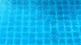 Baisse de pluie sur la piscine d'eau Photographie stock