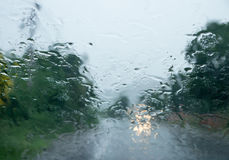 Baisse de pluie sur le verre automatique avant photographie stock