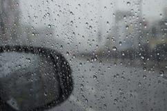 Baisse de pluie sur le verre de voiture Photo libre de droits