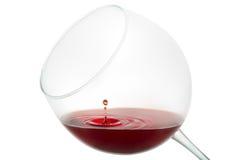 Baisse de vin éclaboussant sur le verre Photo stock