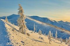 Baisse sur le passage L'hiver soirée Kolyma IMG_9585 Photographie stock libre de droits