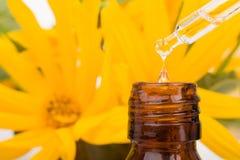 Baisse tombant du compte-gouttes d'huile essentielle photos stock
