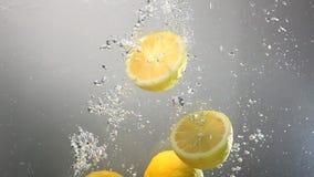 Baisses de citron entières sous l'eau D'isolement clips vidéos