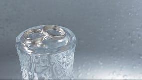 Baisses de l'égoutture de l'eau sur l'anneau se trouvant sur le cristal banque de vidéos