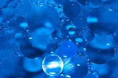 Baisses de l'eau dans le bleu Photographie stock