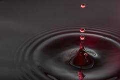 Baisses de l'eau noire et rouge Images libres de droits