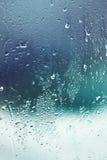 Baisses de l'eau sur l'hublot Photographie stock libre de droits