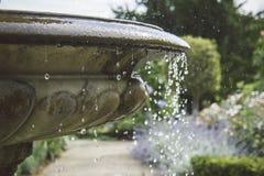 Baisses de l'eau sur la fontaine anglaise traditionnelle de jardin Photo libre de droits