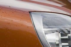 Baisses de l'eau sur la voiture images stock