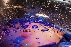 Baisses de l'eau sur le fond bleu avec le ligh chaud, fond de texture photo stock
