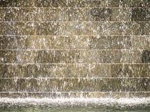 Baisses de l'eau sur le mur d'or Photos libres de droits