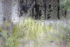 Baisses de l'eau sur le papier peint en verre Photographie stock