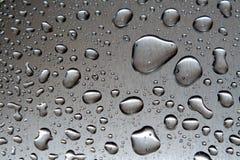 Baisses de l'eau sur le plan rapproché en métal photographie stock libre de droits