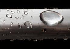 Baisses de l'eau sur le tube misted en métal Images libres de droits
