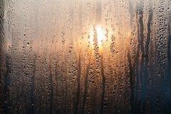 Baisses de l'eau sur le vitrail Image stock