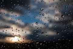 Baisses de l'eau sur une glace d'hublot après la pluie Le ciel avec sur du Ba Photographie stock